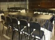 Alquiler de sillas negras acolchadas y mesas para