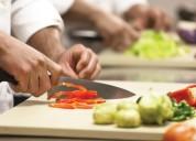 Se busca ayudante de cocina y maestro parillero