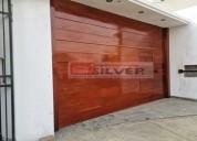 Puerta seccional con puerta postigo  madera cedro